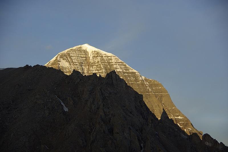 Le jour se lève illuminant le Mont Kailash.