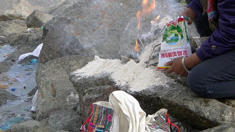 Au col de Drölma-la, les pèlerins font des offrandes.
