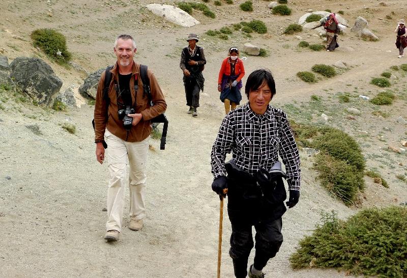 Le tibétains nous dépassent sur le sentier vers Darchen.