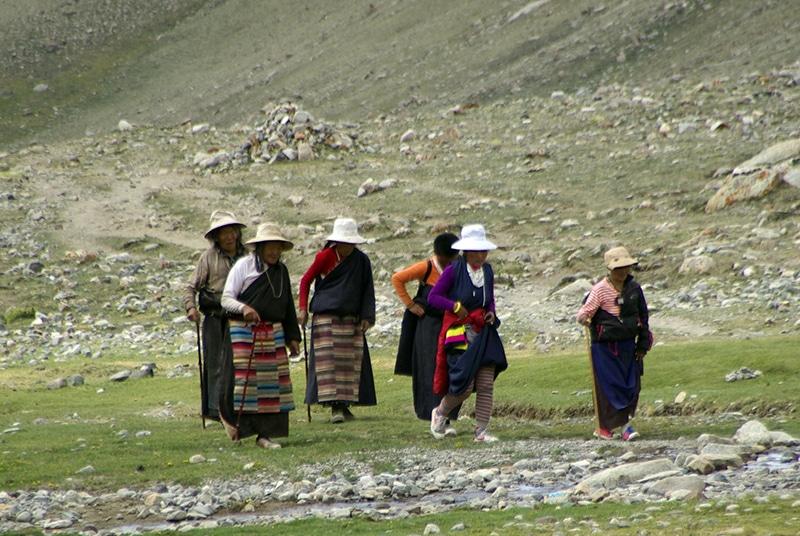 Un groupe de femmes Bön qui montent vers le col.