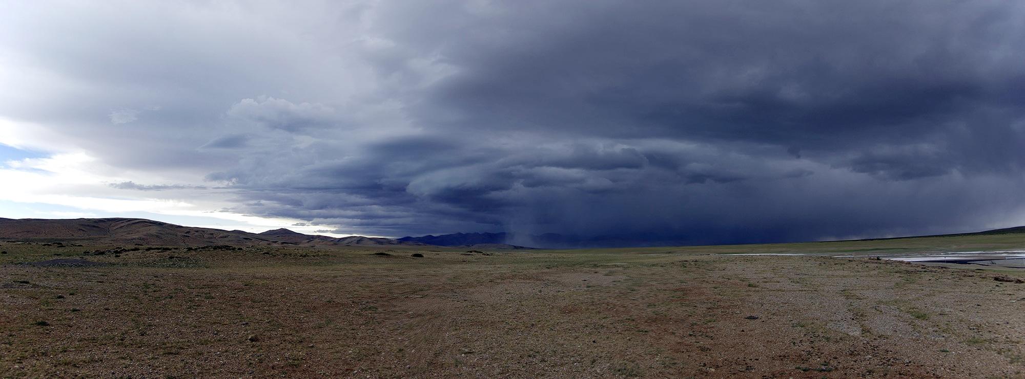 Un énorme orage arrive sur nous.