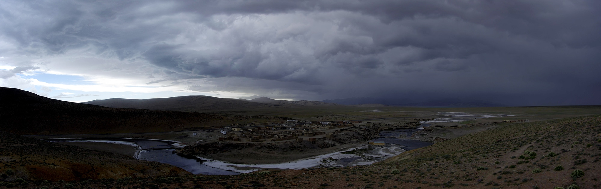 Chenal entre les lacs Manasarovar et Rakshastal. L'orage se raproche.