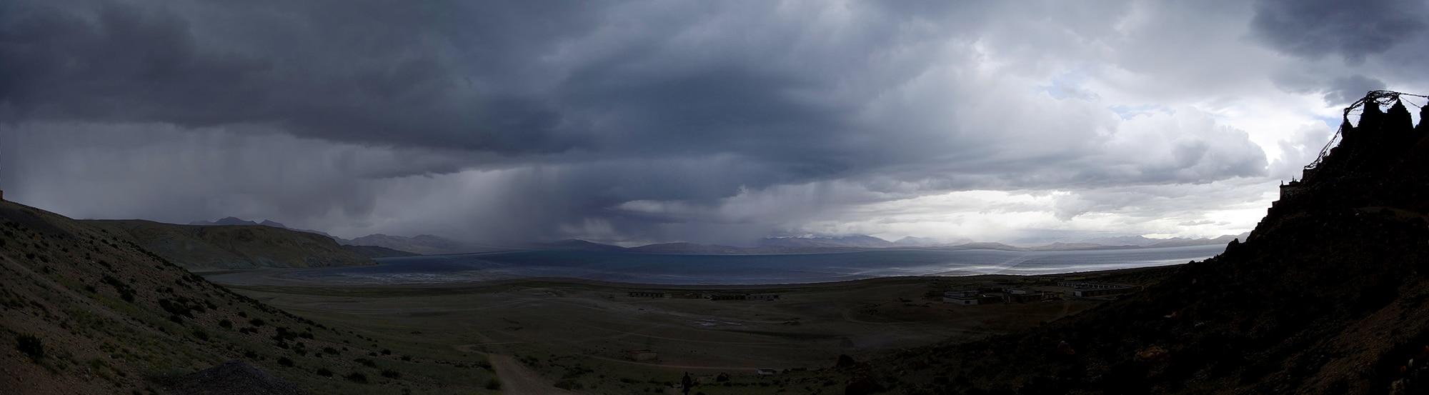 L'orage passe sur le lac Manasarovar.