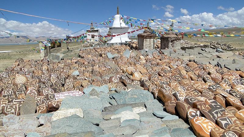 Monastère de Chiu gompa, pierres avec des mantras.