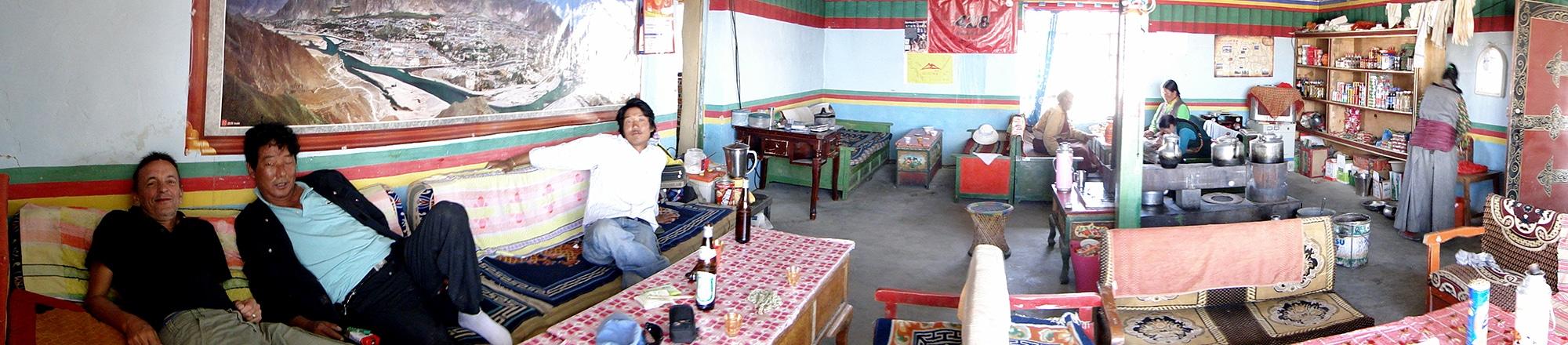 Dans la salle du restaurant de l'hôtellerie du monastère Chiu gompa.