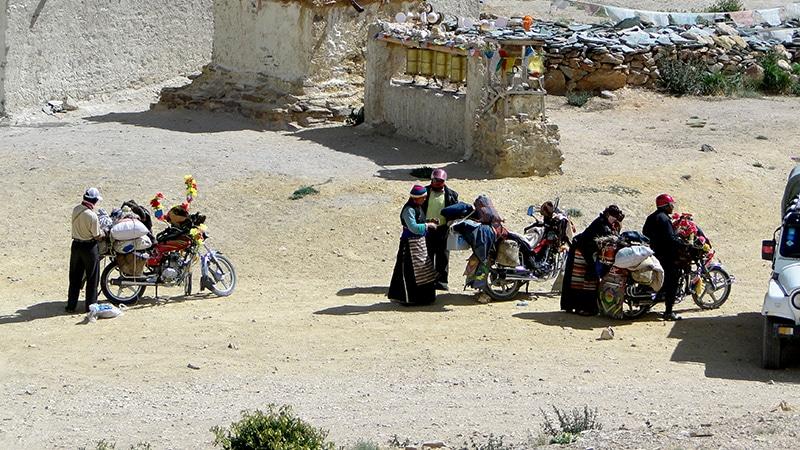 Des pèlerins qui font la Kora du Manasarovar.