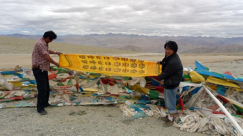 Tempa et Sampa déposent à un col une banderole en offrande.