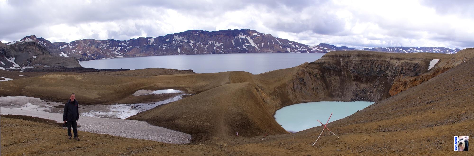 Dans la caldeira d'Askja, le lac Öskjuvatna et le cratère Viti.