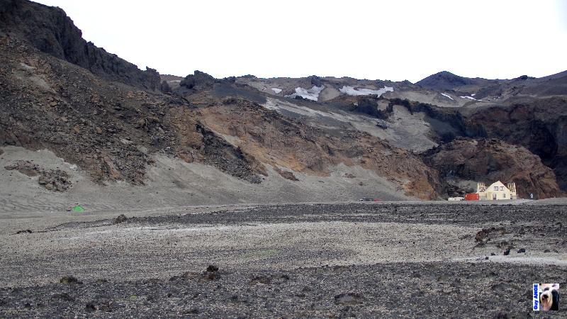 Camping à Askja. Le refuge derrière la construction à droite. Notre petite tente verte à gauche.