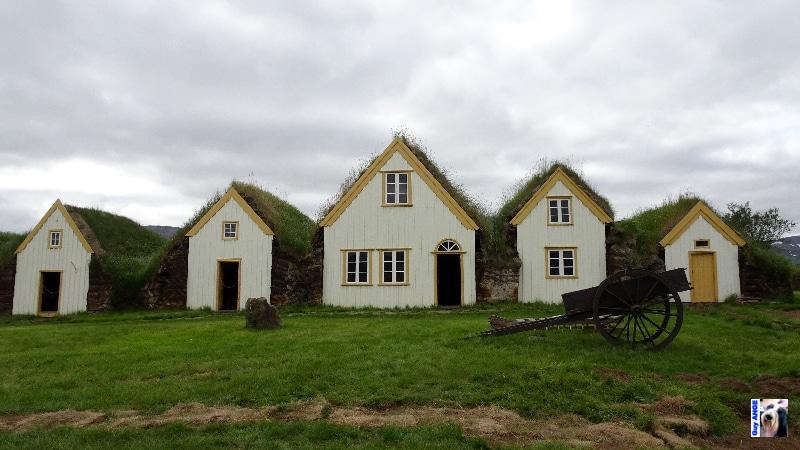 Une antique ferme construite en tourbe et bien restaurée.