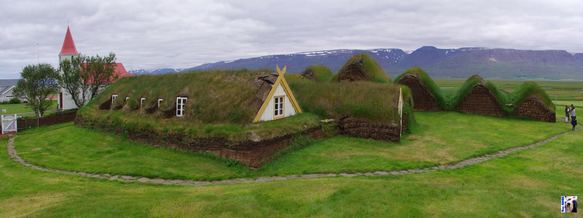 Une antique ferme aux murs de tourbe.