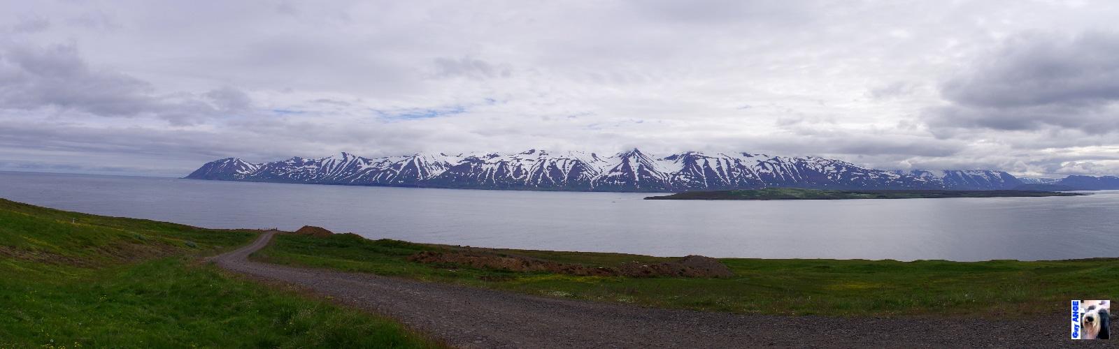 Les montagnes de la péninsule de Flateyjarskagi. (Akureyri sur la droite)