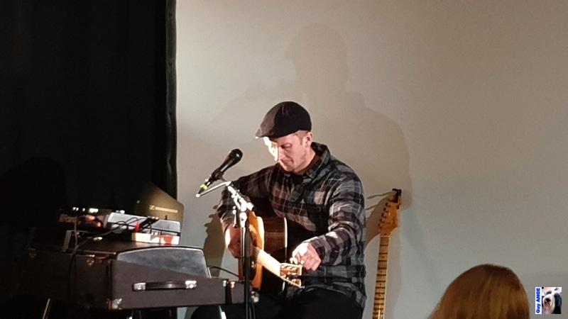 Júlíus Aðalsteinn Róbertsson accordant une guitare.