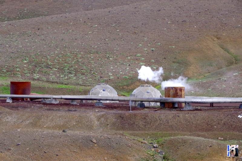 Champ géothermique de Krafla, puits de captage et pipeline.