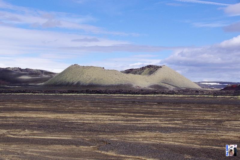 Un des 115 cratères de la fissure éruptive du Lakagirar.