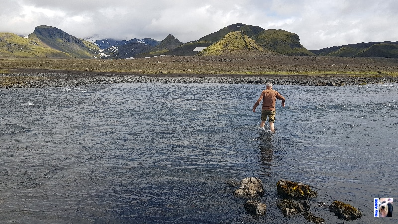 Reconnaissance d'un gué, l'eau est glacée.