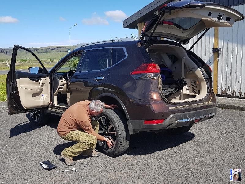 Réparation d'un pneu avec un kit mèche.