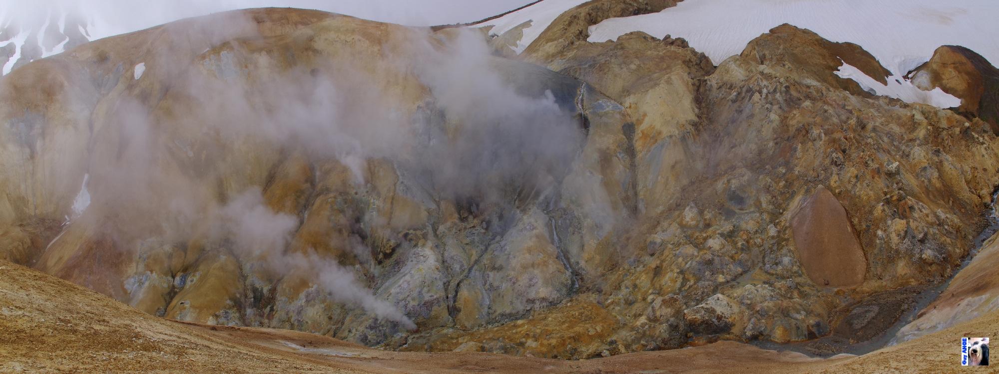 Kerlingarfjöllm les collines de rhyolytem les geysers et solfatares et en bas les mares de boues.