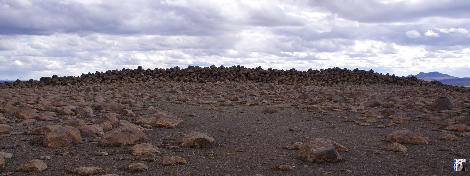 Skessugarður - devant le rempart de la géante.
