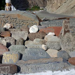 Wall Maney. Sur ces pierres sont gravés des mantras dont le plus célèbre: Om Mani Padme Hûm.