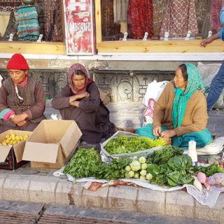 Sur la rue principale de Leh. Marché sur le trottoir.