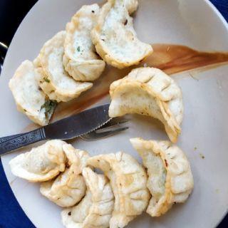 Les célèbres momos tibétains. Petits raviolis cuits à la vapeur ou fris.
